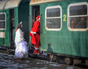 Дядо Коледа пътува във влак